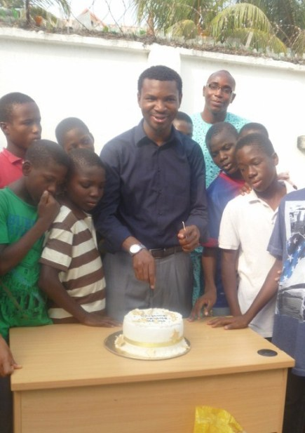 Toyin cuts his cake
